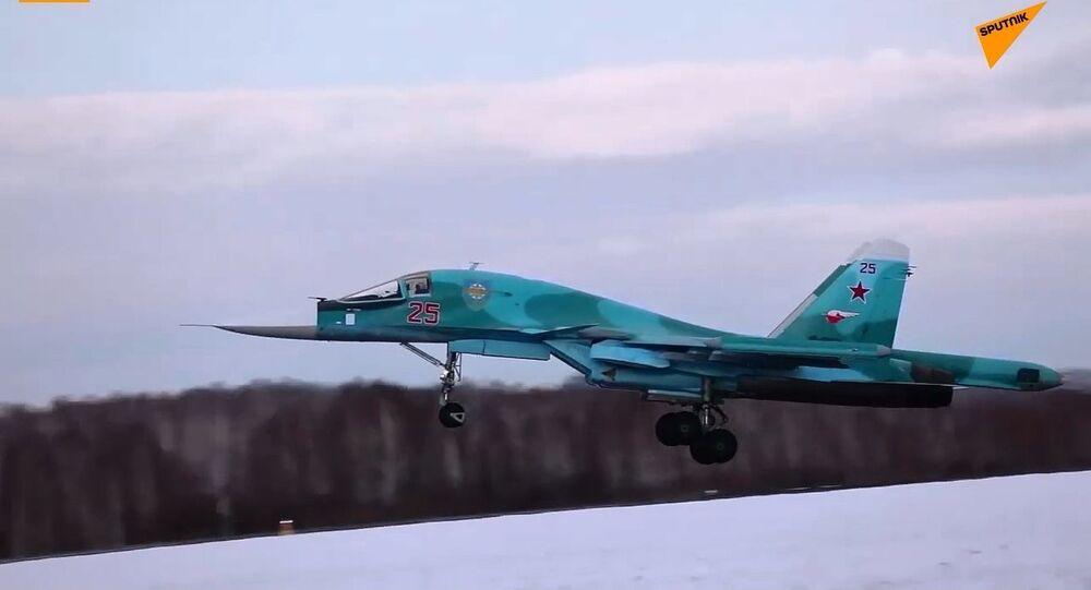 Voli degli equipaggi del Su-34 in condizioni meteorologiche difficili