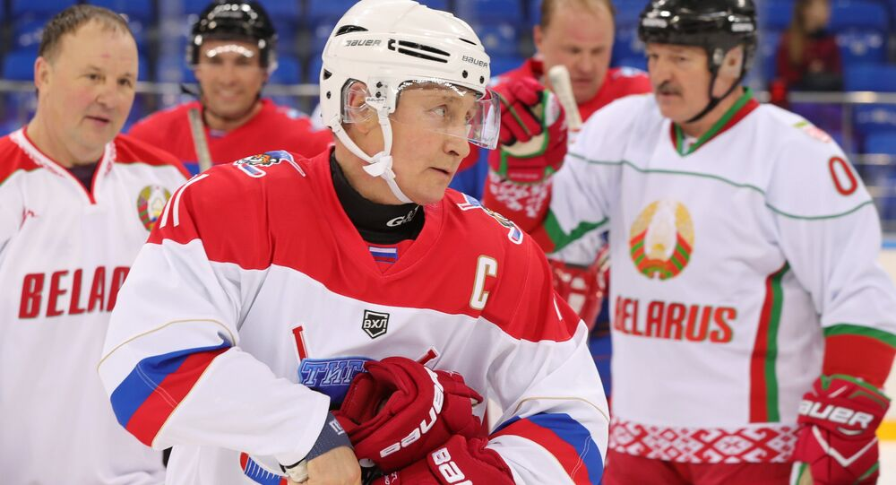 Putin e Lukashenko giocano a Hockey