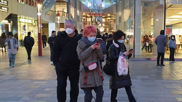 Cina, passanti con le mascherine - Sputnik Italia