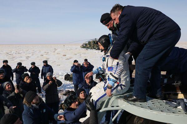 Il membro dell'equipaggio della Expedition 60/61, il cosmonauta Aleksandr Skvortsov atterra con la capsula di rientro del veicolo spaziale Soyuz MS-13 in Kazakistan. - Sputnik Italia