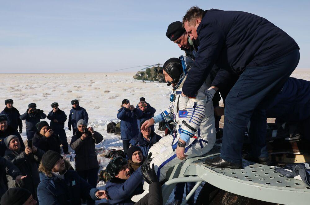 Il membro dell'equipaggio della Expedition 60/61, il cosmonauta Aleksandr Skvortsov atterra con la capsula di rientro del veicolo spaziale Soyuz MS-13 in Kazakistan.