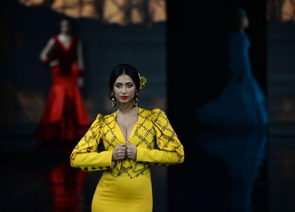 Una modella con un abito di Loli Vera alla sfilata International Flamenco Fashion Show (SIMOF) a Siviglia.