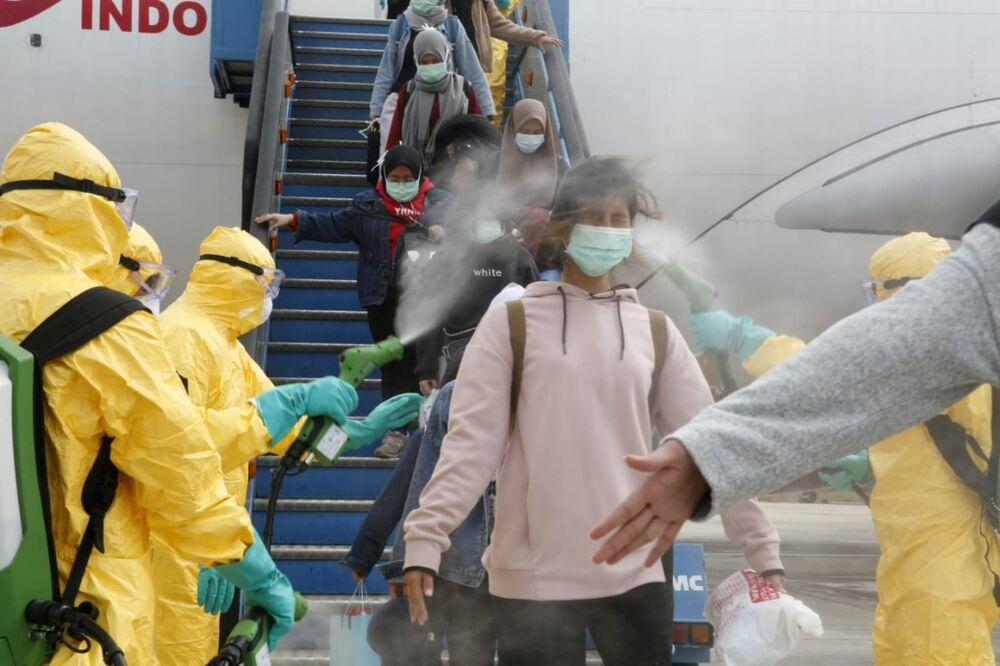I medici spruzzano l'antisettico sui cittadini indonesiani dopo il volo da Wuhan, l'epicentro dell'epidemia del Coronavirus.