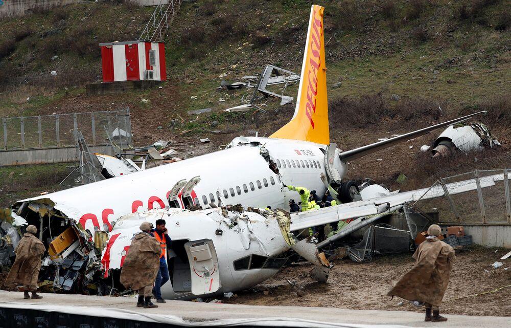 L'aereo della compagnia Pegasus Airlines si spezza dopo l'atterraggio ad Istanbul.