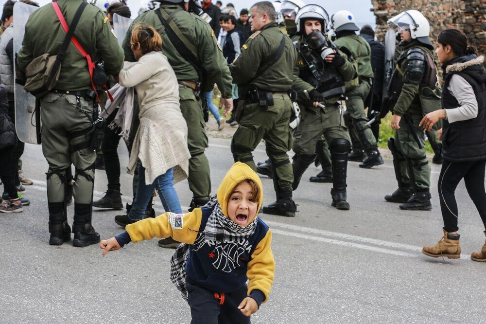 Scontri tra migranti e polizia nel campo rifugiati sull'isola Lesbo, Grecia.