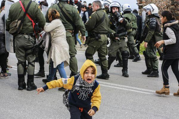 Scontri tra migranti e polizia nel campo rifugiati sull'isola Lesbo, Grecia. - Sputnik Italia