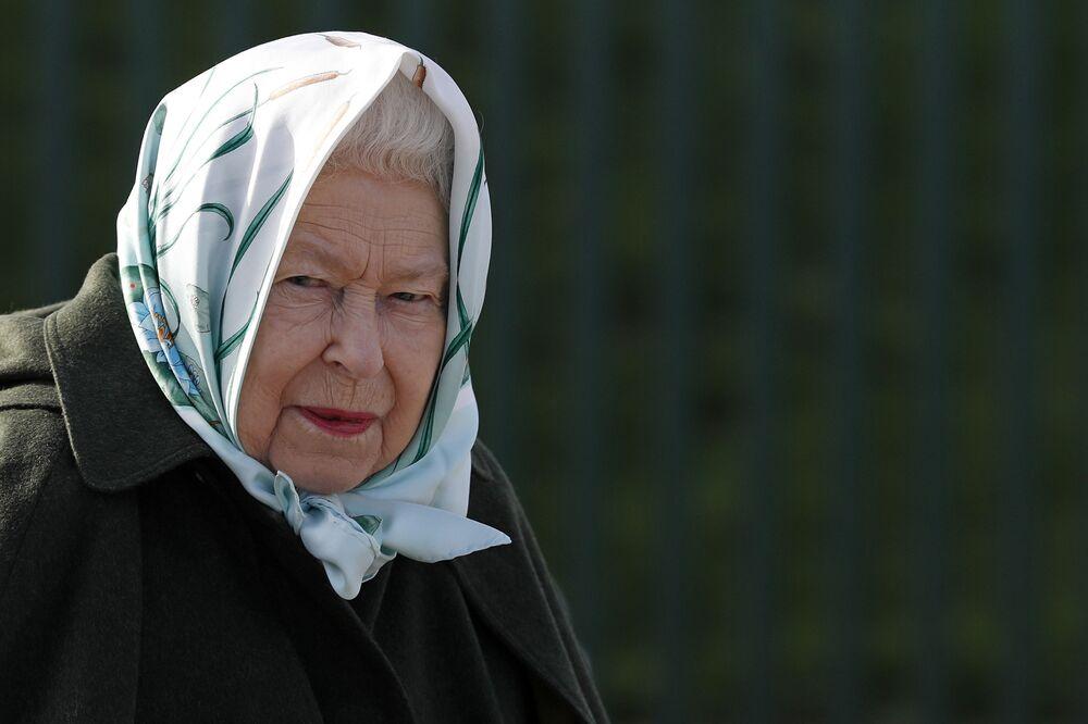 La regina della Gran Bretagna Elisabetta II durante una visita a Norfolk.