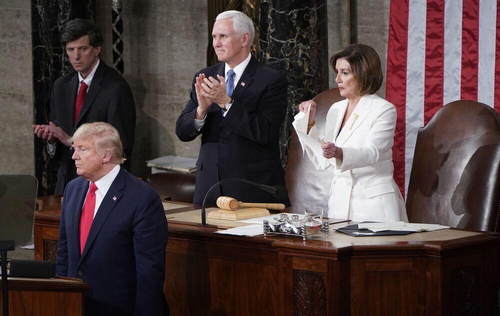 Il presidente della Camera dei rappresentanti USA Nancy Pelosi straccia i fogli con il discorso sullo stato dell'Unione del capo dello stato Donald Trump.