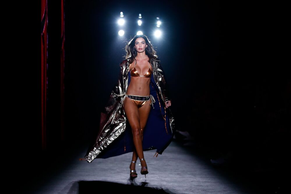 Una modella sfila durante la presentazione di Custo Barcelona alla 080 Barcelona Fashion week.