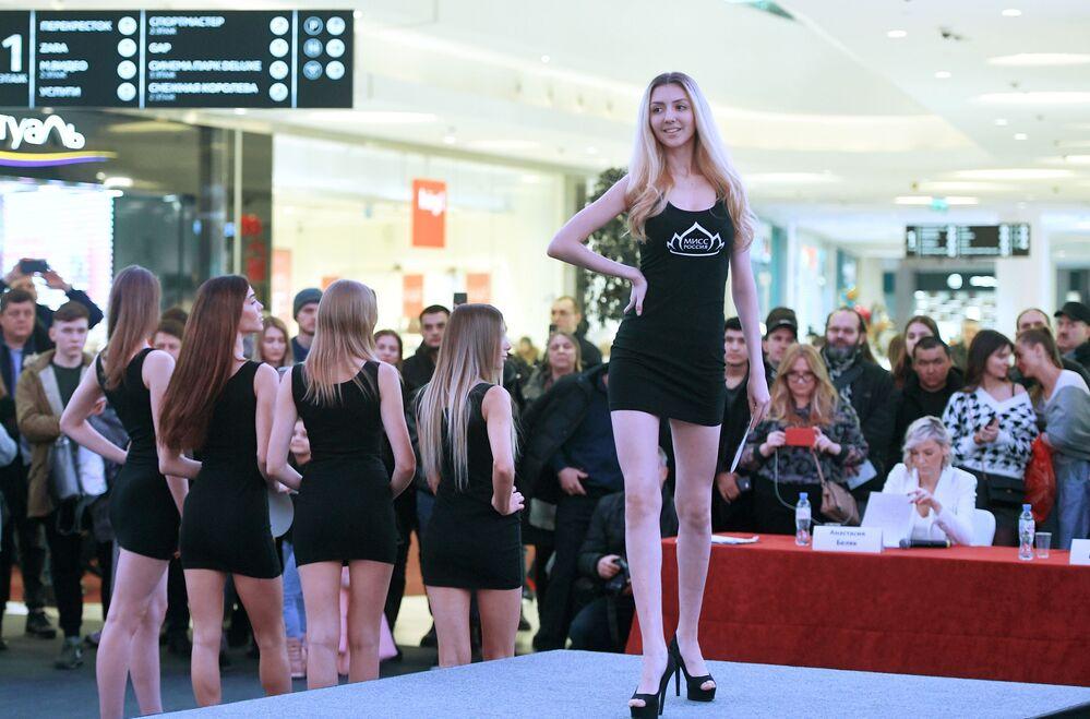 Una ragazza al casting Miss Russia 2020 a Mosca.