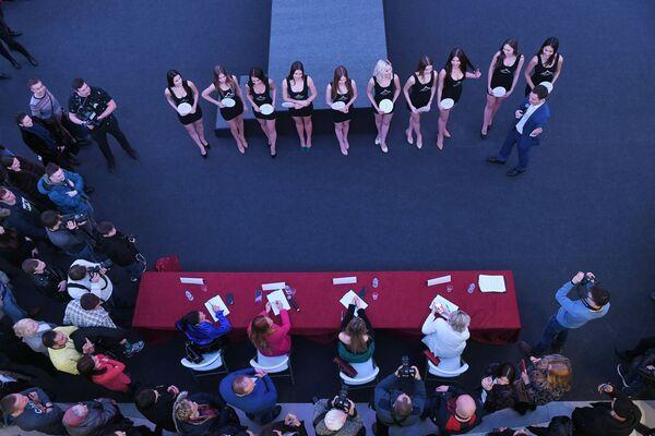 Partecipanti al casting Miss Russia 2020 a Mosca di fronte alla giuria. - Sputnik Italia