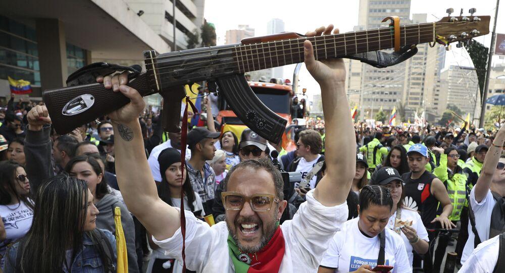 Il musicista colombiano César López durante le proteste in Colombia contro il governo di Iván Duque, a Bogotá (Colombia), l'8 dicembre 2019