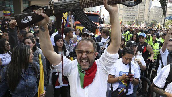 Il musicista colombiano César López durante le proteste in Colombia contro il governo di Iván Duque, a Bogotá (Colombia), l'8 dicembre 2019 - Sputnik Italia