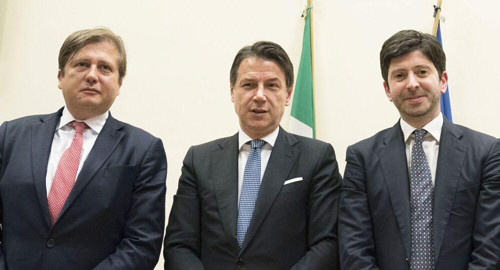 Il viceministro Sileri, a destra del premier Conte