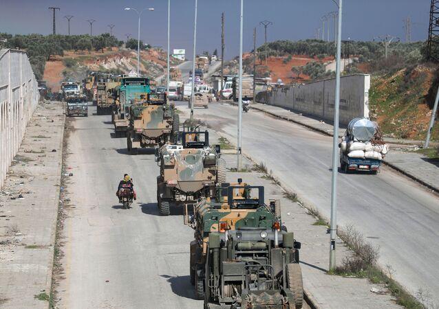 Convoglio militare turco vicino al confine tra Turchia e Siria