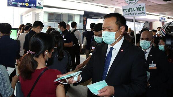 Il ministro della Salute thailandese Anutin Charnvirakul disctribuisce le maschere protettive all'entrata di metropolitana - Sputnik Italia