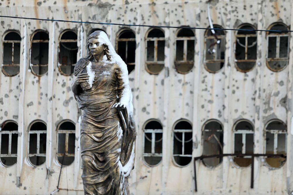 La statua della Spring Girl parzialmente coperta di neve nella città vecchia di Mosul, Iraq