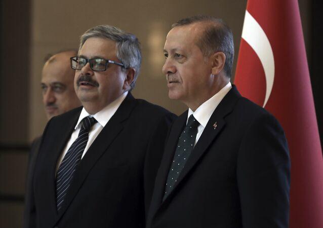 Il presidente turco Recep Tayyip Erdogan, a destra, parla con il nuovo ambasciatore russo in Turchia, Alexei Yerkhov, mentre presenta le sue credenziali, ad Ankara, in Turchia