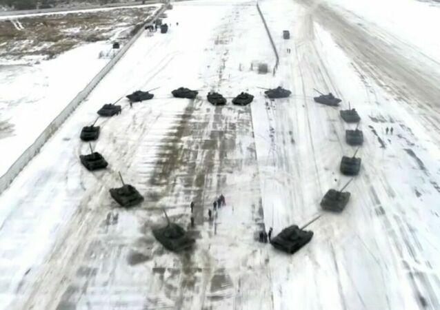 Militare russo fa proposta di matrimonio all'interno di un cuore corazzato