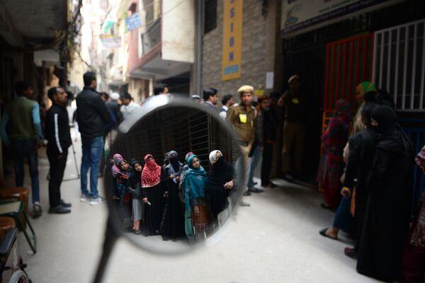 Gli elettori in fila davanti ad un seggio elettorale durante le elezioni dell'Assemblea legislativa a New Delhi l'8 febbraio 2020, India - Sputnik Italia