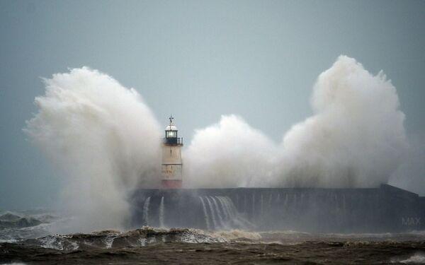 Le onde si infrangono sul faro di Newhaven sulla costa meridionale dell'Inghilterra - Sputnik Italia