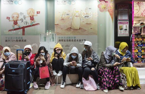Donne indossano le mascherine in una strada di Hong Kong - Sputnik Italia