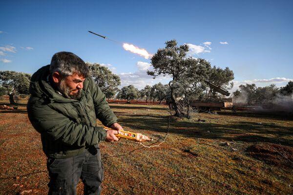 Lancio di un razzo da un lanciatore montato su camion nella zona rurale di Idlib, Siria - Sputnik Italia