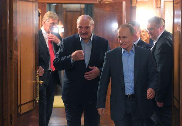 Il presidente della Bielorussia Alexander Lukashenko e il presidente della Federazione Russa Vladimir Putin durante un incontro a Sochi - Sputnik Italia