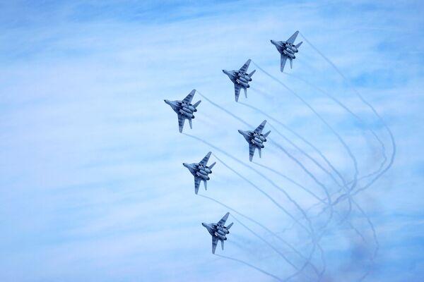 Esibizione dimostrativa della pattuglia acrobatica dell'Aeronautica Militare Russa Strizhi all'aeroporto di Krasnodar, Russia - Sputnik Italia