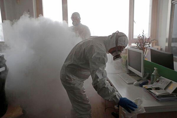 Disinfezione dell'ufficio di Shanghai a causa dell'epidemia di coronavirus in Cina - Sputnik Italia