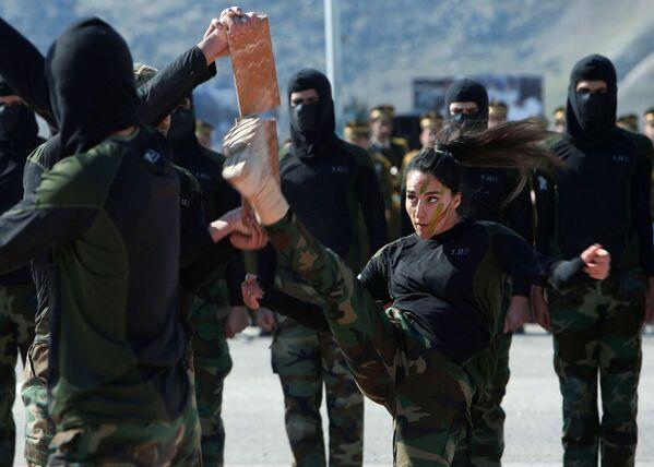 I membri delle forze speciali curde Peshmerga dimostrano le loro abilità durante la cerimonia di congedo in un campo militare nel distretto di Soran, nella provincia di Erbil, Iraq, il 12 febbraio del 2020 - Sputnik Italia