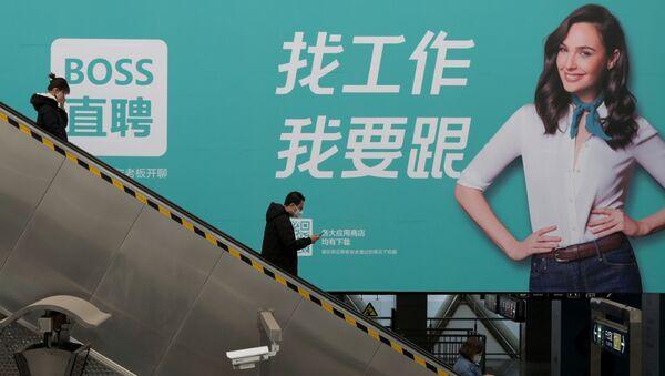Le persone sulle scale mobili a Pechino - Sputnik Italia