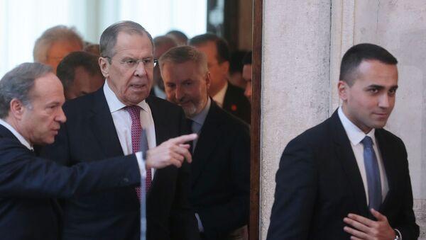 Di Maio e Lavrov entrano nella sala della conferenza stampa a Villa Madama - Sputnik Italia