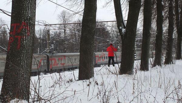 Uomo scia in bosco nell'Oblast di Mosca - Sputnik Italia