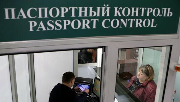 Controllo passaporti russo al confine con la Polonia - Sputnik Italia