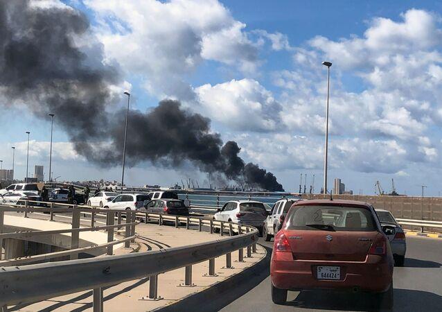 Il fumo dal porto di Tripoli, dove LNA avrebbe affondato una nave turca