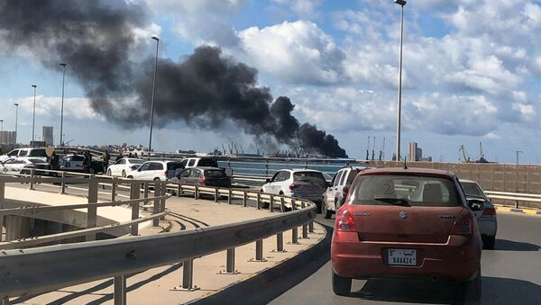 Il fumo dal porto di Tripoli, dove LNA avrebbe affondato una nave turca - Sputnik Italia
