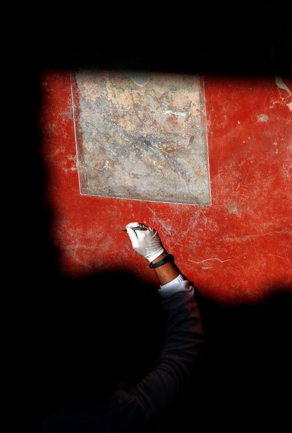 Un archeologo restaura un affresco alla villa Casa degli Amanti a Pompei. - Sputnik Italia