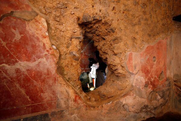 Archeologi lavorano alla villa Casa degli Amanti a Pompei. - Sputnik Italia