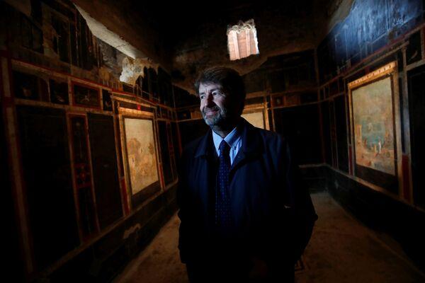 Il ministro della Cultura Dario Franceschini osserva gli affreschi in una delle case aperte al pubblico a Pompei. - Sputnik Italia
