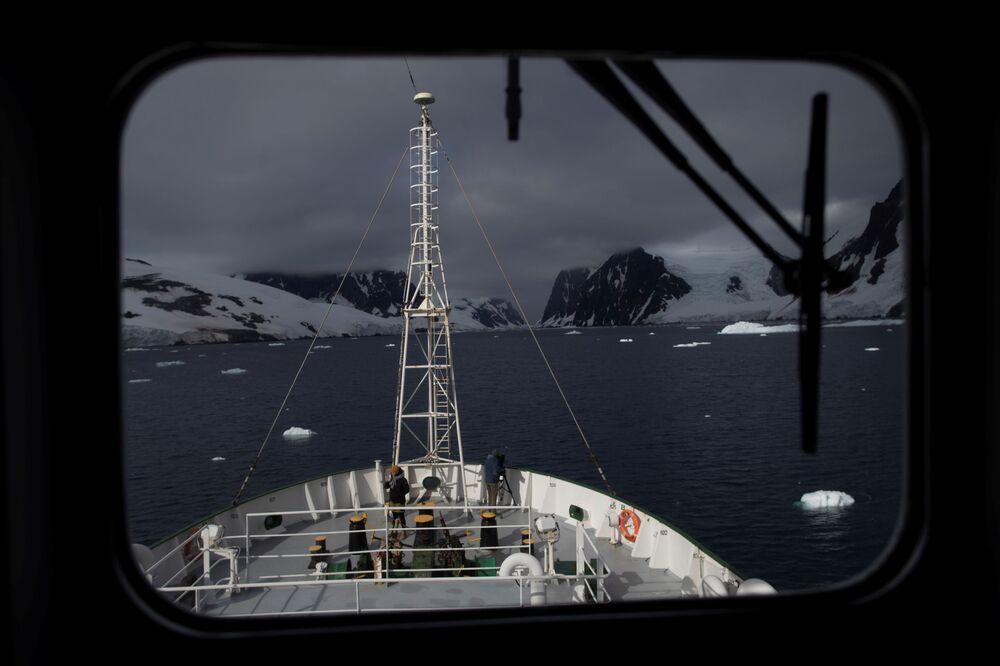 I membri dell'equipaggio a bordo della nave Esperanza vicino al Canale di Lemaire in Antartide, il 5 febbraio 2020