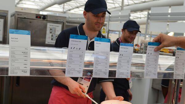 Un lavoratore di un ristorante self-service a Londra - Sputnik Italia