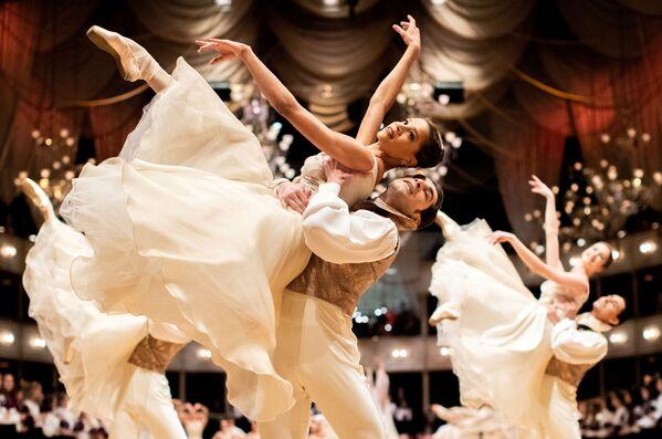 Le ballerine del Balletto di Stato di Vienna si esibiscono durante l'annuale ballo dell'Opera di Stato di Vienna 2020, Austria, il 19 febbraio 2020 - Sputnik Italia
