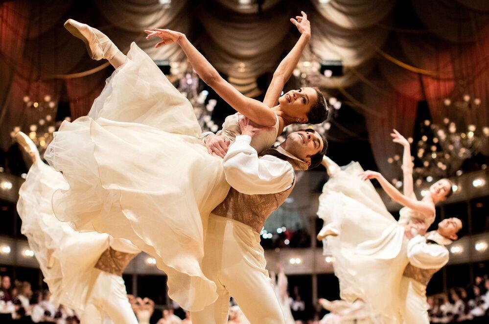Le ballerine del Balletto di Stato di Vienna si esibiscono durante l'annuale ballo dell'Opera di Stato di Vienna 2020, Austria, il 19 febbraio 2020