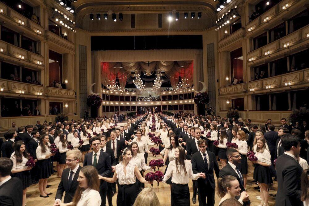 Le debuttanti si esibiscono durante una prova generale per l'annuale ballo dell'Opera di Stato di Vienna 2020, Austria, il 19 febbraio 2020