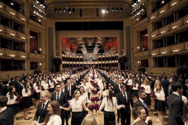 Le debuttanti si esibiscono durante una prova generale per l'annuale ballo dell'Opera di Stato di Vienna 2020, Austria, il 19 febbraio 2020 - Sputnik Italia