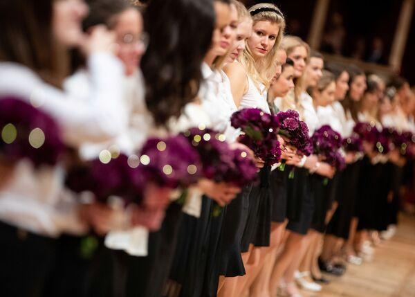 Le debuttanti durante una prova generale per l'annuale ballo dell'Opera di Stato di Vienna 2020, Austria, il 19 febbraio 2020 - Sputnik Italia