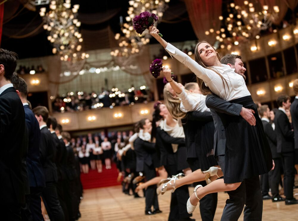 Le debuttanti durante una prova generale per l'annuale ballo dell'Opera di Stato di Vienna 2020, Austria, il 19 febbraio 2020