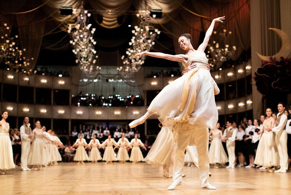 Le ballerine del Balletto di Stato di Vienna si esibiscono durante l'annuale ballo dell'Opera di Stato di Vienna 2020, Austria, il 20 febbraio 2020