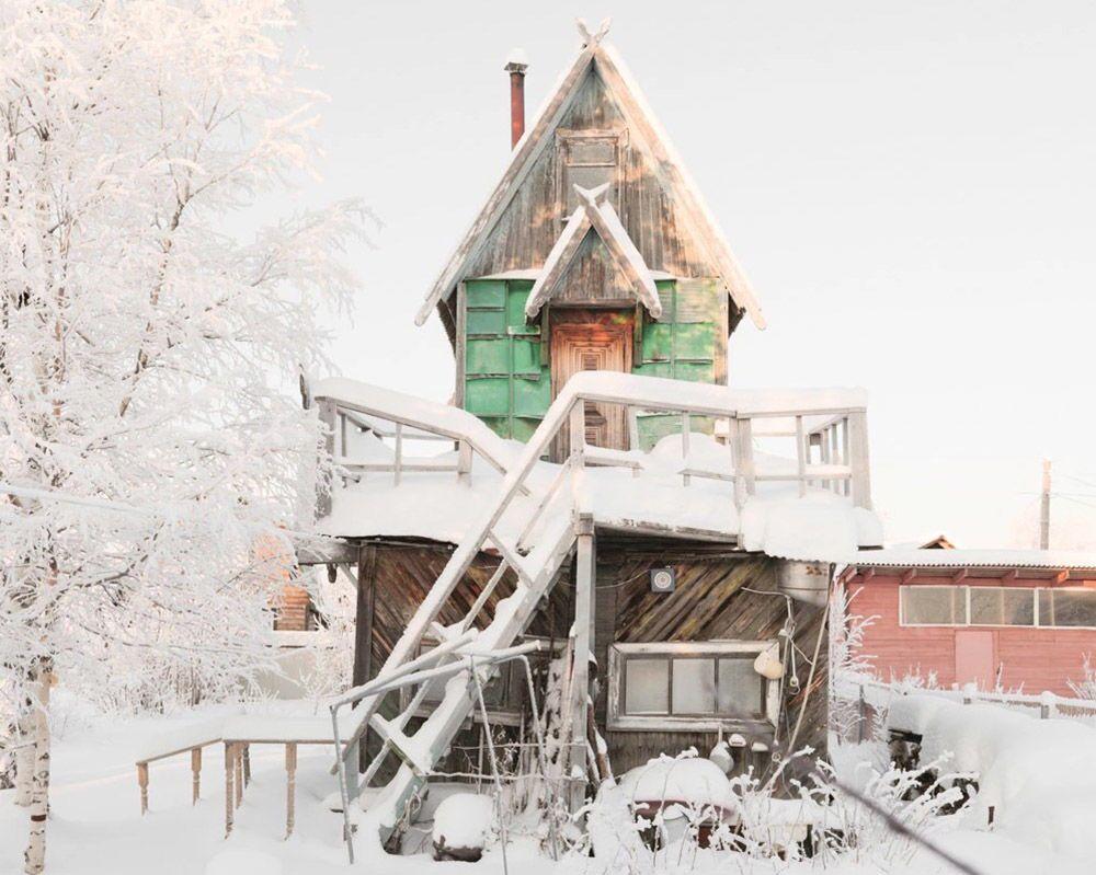 Una casetta di legno nella regione di Arkhangelsk.